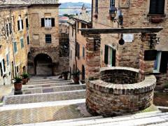Corinaldo e la celebre scalinata del pozzo della polenta