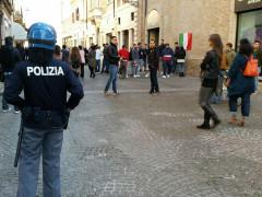 Forze dell'ordine schierate nel centro storico di Senigallia per la manifestazione antifascista contro gli attivisti di Casa Pound