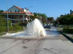 La fontana d'acqua creatasi con la rottura di una tubatura al Ciarnin di Senigallia