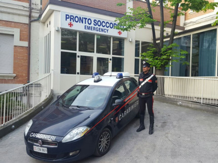 I Carabinieri davanti il pronto soccorso dell'ospedale di Senigallia