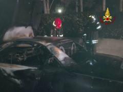 Mercedes in fiamme in via Molinello