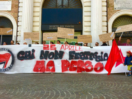Attivisti di Arvultùra in piazza Roma a Senigallia il 25 Aprile