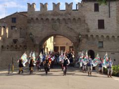 La parata della Lega Italiana Sbandieratori a Corinaldo