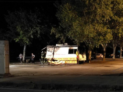 Il mezzo andato a fuoco dopo l'incendio divampato nel parcheggio tra via Podesti e via Grosseto: distrutto il mezzo di Kenny
