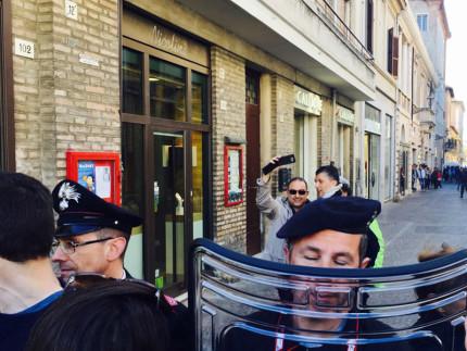 Roberto Paradisi lungo corso II Giugno vicino ai poliziotti e carabinieri dopo la manifestazione dei centri sociali contro CasaPound