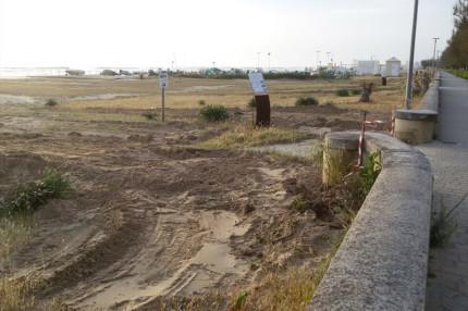 Una delle dune di sabbia sul lungomare Mameli a Senigallia dopo i lavori: ruspe in spiaggia