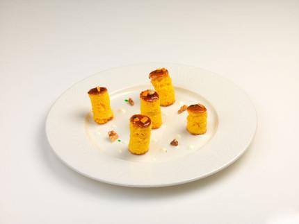 Torta di mele all'olio d'oliva salsa borragine, arancia candita, yogurt e noci - ricetta di Christian Carboni