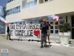 La protesta degli attivisti di Arvultùra davanti all'hotel che ha ospitato l'incontro di Sol.Id.
