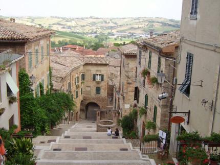 La piaggia di Corinaldo, la celebre scalinata con il pozzo della Polenta