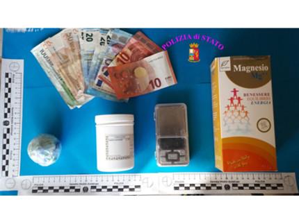 Materiale sequestrato in casa del 33enne arrestato per spaccio di cocaina