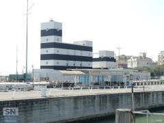 La banchina di levante del porto di Senigallia: davanti al faro si vede la sede degli Amici del Molo