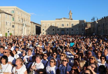 Il grande coro al CaterRaduno 2017 in piazza Garibaldi a Senigallia