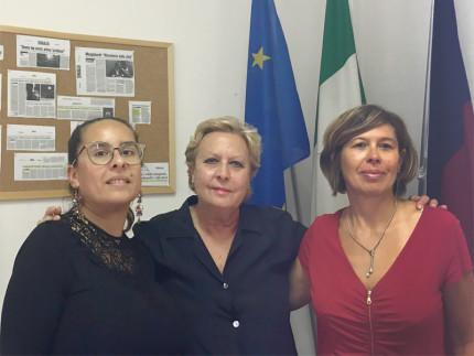 a sinistra la presidente del consiglio delle donne Michela Gambelli, la senatrice Amati e la vice presidente Patrizia Pasquali