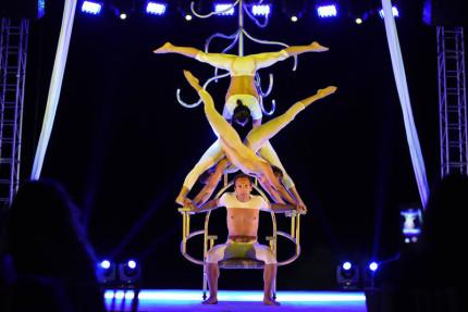 """Uno spettacolo della compagnia italiana di danzatori e acrobati """"Sonics"""""""