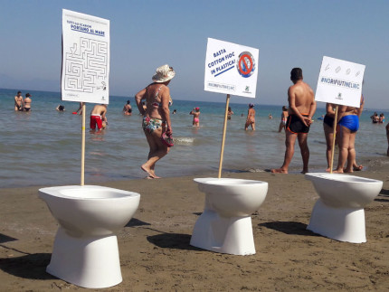 No rifiuti nel wc: nuova campagna di Legambiente
