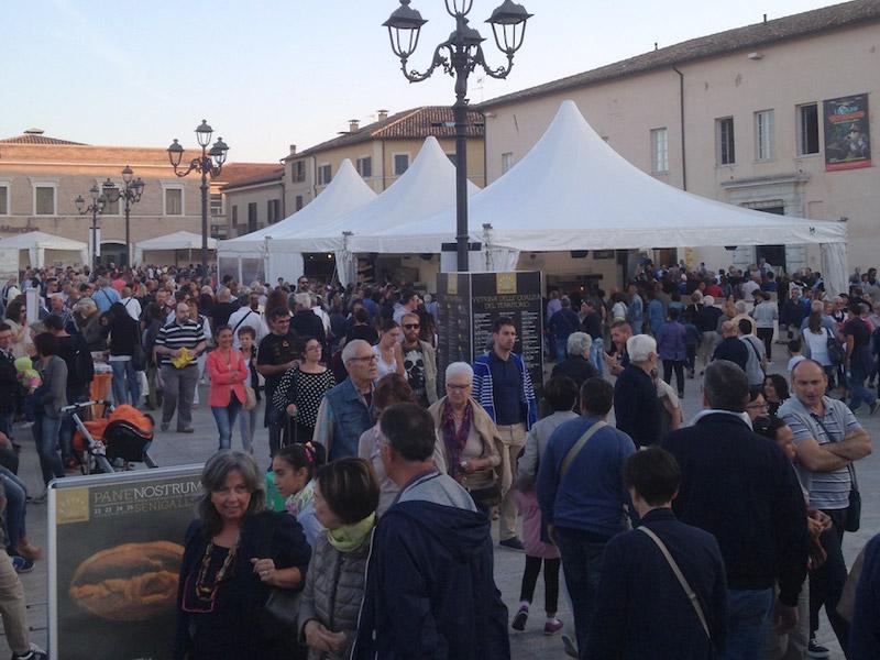 Piazza del Duca a Senigallia affollata per Pane Nostrum 2016