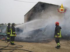 I Vigili del fuoco impegnati a spegnere l'incendio a Ostra Vetere