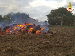 Incendio catasta di legna a Serra de' Conti