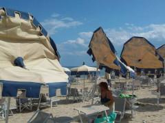 Ombrelloni divelti dal vento in spiaggia a Senigallia