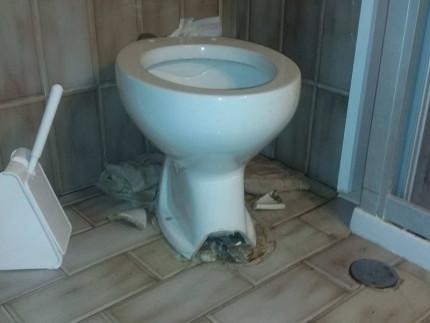Il bagno rotto in una casa popolare di Senigallia, la segnalazione di Fratelli d'Italia