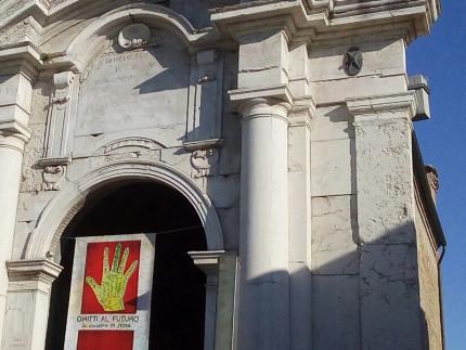 Porta Lambertina e lo striscione della manifestazione La Sinistra in Festa