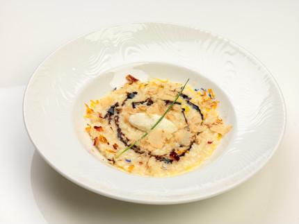 Risotto alla parmigiana con chenelle di ricotta, riduzione di lacrima di Morro d'Alba e petali di tartufo bianco - ricetta di Massimo Bomprezzi
