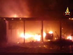 Incendio all'ingresso nord del porto della Rovere di Senigallia