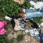 Vestiti, CD e oggetti vari abbandonati alla chiesetta di Montedoro
