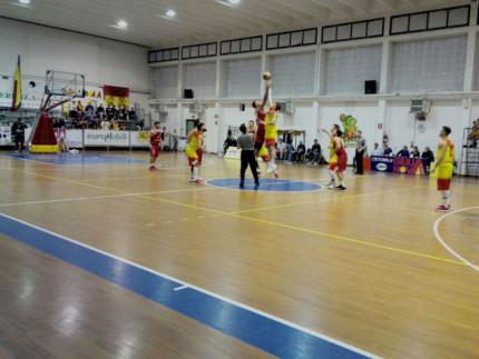 Palla a due tra Basket Giulianova 85 e Pallacanestro Senigallia