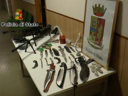 I Coltelli ed i fucili sequestrati