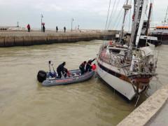 barca a vela resta incagliata nel canale