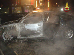 auto in fiamme sul lungomare di Senigallia