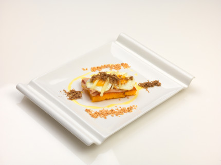 Polenta grigliata con guanciale, uova di quaglia, farro croccante e petali di tartufo - ricetta di Filippo Petrolati