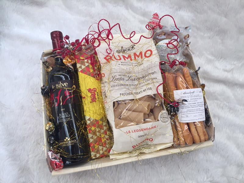 Da Caffespresso, a Senigallia, cesti per Natale con vini, cioccolata, dolci e prodotti di eccellenza