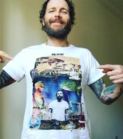 Jovanotti indossa la t-shirt disegnata da Giacomo Giovannetti