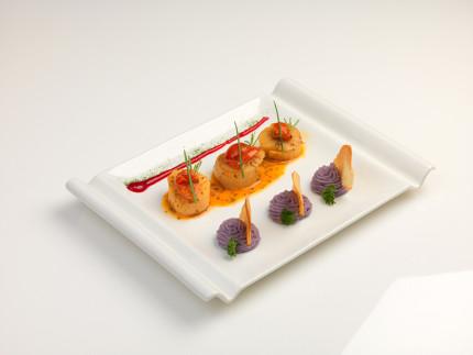 Cappesante in potacchio, fiocchi di patate viola e riduzione di melagrana - ricetta di Igor Safonov
