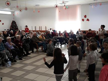 Bambini della scuola dell'infanzia Aquilone in visita all'Opera Pia per Natale