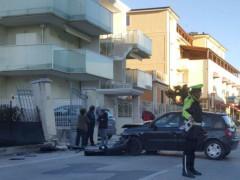 Auto fuori strada in via Sanzio