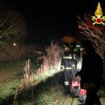 I vigili del fuoco impegnati a monitorare l'ondata di piena del fiume Misa alle porte di Senigallia