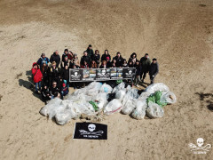 Volontari di Sea Shepherd impegnati nella pulizia della spiaggia libera a Senigallia