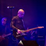 Enrico Ruggeri guida i Decibel in concerto a Senigallia - foto di Simone Luchetti
