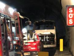 Autobus con 30 studenti di Senigallia va a fuoco in galleria