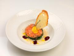 Millefoglie di insalatina di spinaci croccanti e due salmoni, con salsa crema di mozzarella di bufala ai tre pepi - ricetta di Giuseppe Minenna