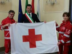 Consegna bandiera Croce Rossa al sindaco di Senigallia