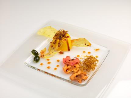 Mousse con mela rosa, cialda di patate e olive candite con salsa all'olio d'oliva extravergine e Sapa - ricetta di Alessandro Capriotti