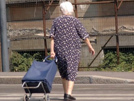 """anziana derubata della catenina con la truffa """"dell'abbraccio"""""""