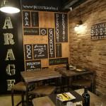 Gli interni della pizzeria Garage di Senigallia
