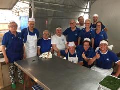 Gli addetti della cucina della Sagra del Pesce a Cesano di Senigallia