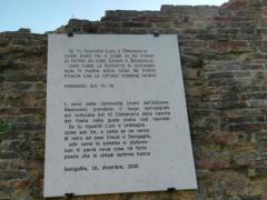 L'epigrafe con i versi della Divina Commedia che citano Senigallia