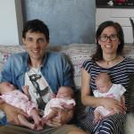Il papà Tommaso Verdini, la mamma Eleonora Becci e le loro tre gemelline